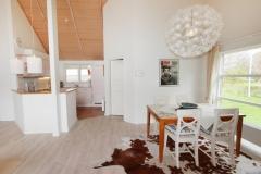 ferienhaus-sylt-bernsteinhaus-wohnkueche-esstisch-1024x683
